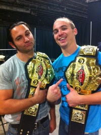 The Young Bucks Backstage bei einer Wrestling-Promotion